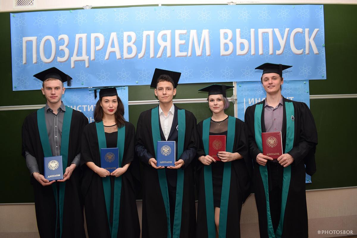 Вручение дипломов выпускникам